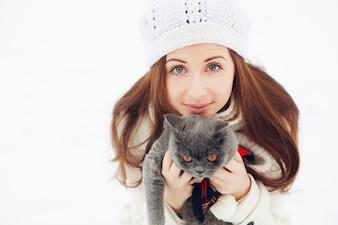 Primer plano de mujer encantadora jugando con su gato