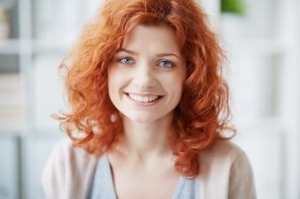Primer plano de mujer feliz con los ojos azules