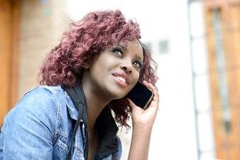 Primer plano de mujer feliz con su teléfono móvil