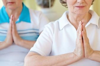Primer plano de mujer haciendo una posición de yoga