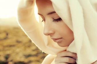 Primer plano de mujer joven concentrada con un pañuelo