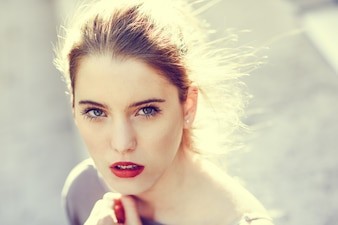 Primer plano de mujer joven rubia con una intensa mirada