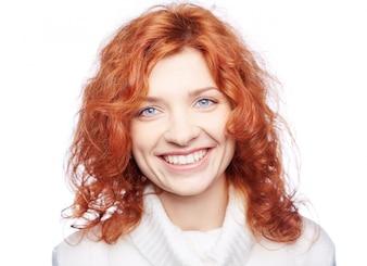 Primer plano de mujer sonriente con el pelo rizado