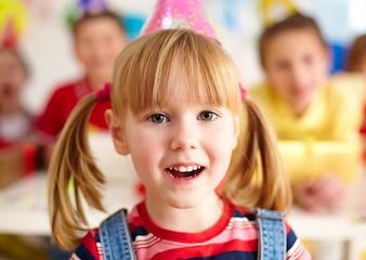 Primer plano de niña divirtiéndose en la fiesta de cumpleaños