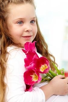 Primer plano de niña inocente con flores
