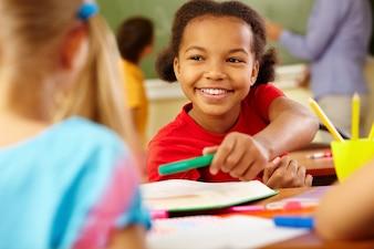 Primer plano de niña inteligente con una gran sonrisa