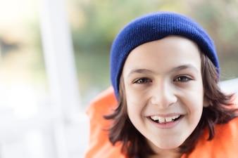 Primer plano de niño alegre con gorro y chaleco salvavidas