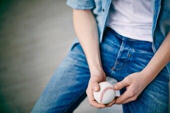 Primer plano de niño con pelota de béisbol