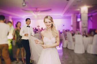 Primer plano de novia rubia bailando en el restaurante