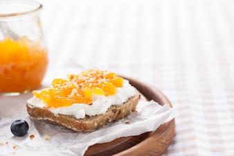 Primer plano de pan integral con mermelada