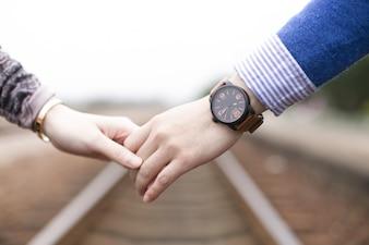 Primer plano de pareja cogida de las manos