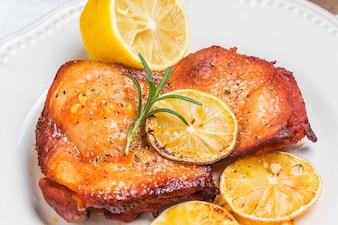 Primer plano de pollo con sabor a limón