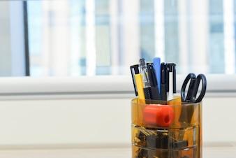 Primer plano de recipiente con suministros de oficina