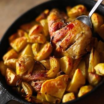 Primer plano de sartén con pollo y verduras