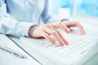 Primer plano de secretaria trabajando en su oficina
