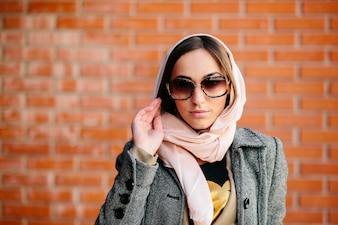 Primer plano de señorita con pañuelo y gafas de sol