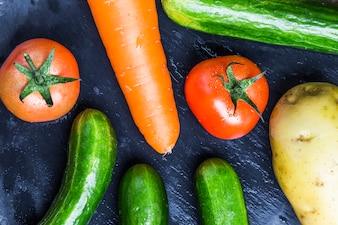 Primer plano de tomates con otras hortalizas