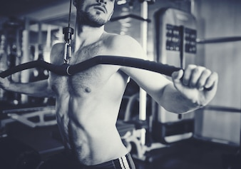 Primer plano de torso musculoso en blanco y negro