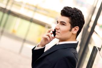 Primer plano de trabajador joven hablando por teléfono