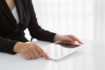 Primer plano de trabajadora con la tableta