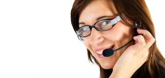 Primer plano de trabajadora sonriente con gafas