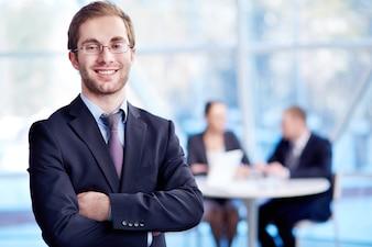 Primer plano de un ejecutivo feliz