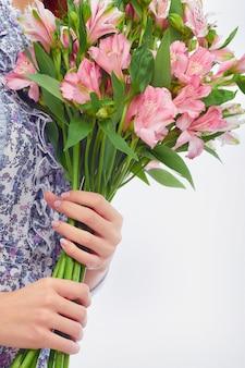Primer plano de un romántico ramo de flores