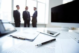 Primer plano de una pluma sobre un informe financiero