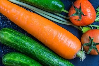 Primer plano de zanahorias y tomates frescos