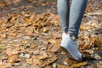 Primer plano de zapatillas blancas de una mujer