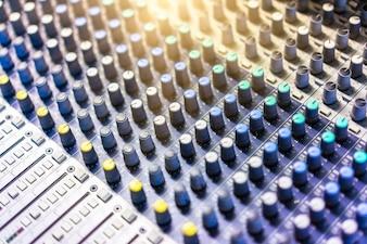 Primer plano del mezclador de sonido