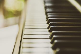 Primer plano del teclado de un piano