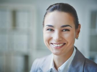 Primer plano ejecutiva positiva en el trabajo
