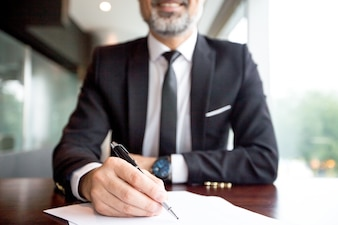 Primer plano, hombre de negocios, hacer, papeleo