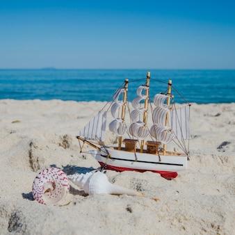 Primer plano, juguete, barco, arena