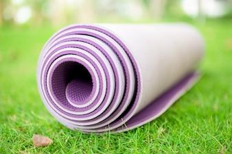 Primer plano, laminado, ejercicio, estera, pasto o césped