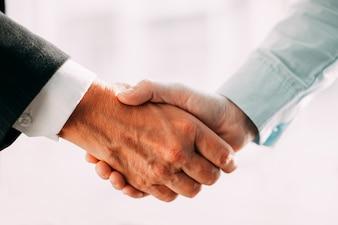 Primer plano pareja de unión macho ejecutivo