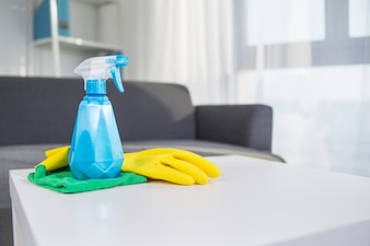 Productos de limpieza para la mesa: spray, guante