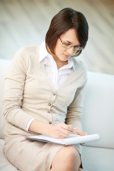 Psicóloga escribiendo muy concentrada