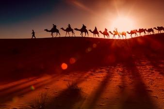 Pueblo árabe con caravana de camellos