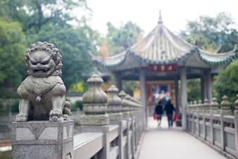 Puente con una escultura de un león