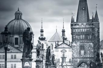 Puente de Carlos y monumentos en Praga.