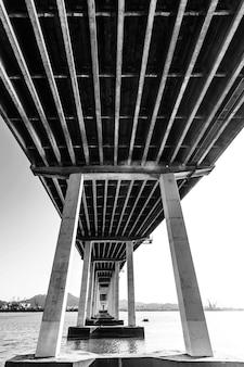 Puente en el bosque otoñal Al final del puente