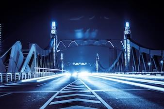 Puente iluminado con coches