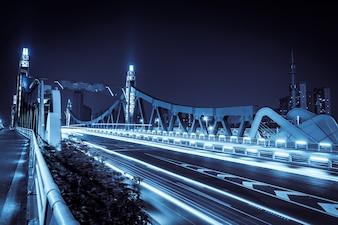 Puente iluminado por la noche