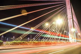 Puente por la noche con luces