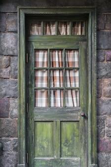 Puerta antigua de estilo retro.