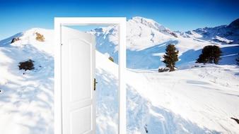 Puerta con la montaña nevada de fondo