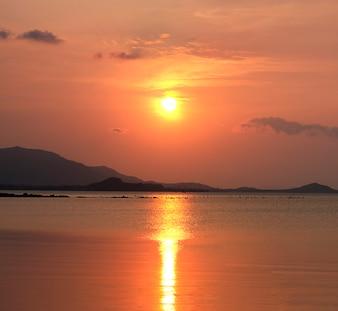 Puerto cielo naranja del amanecer del sol