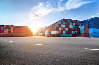 Puerto industrial y patio de contenedores